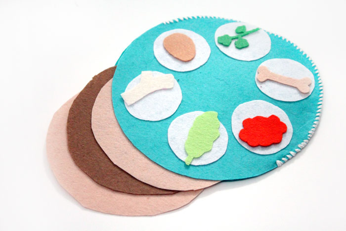 700x467 pretend seder plate for toddlers moms and crafters